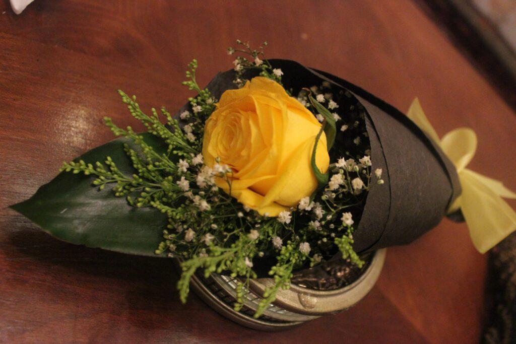 وردة داخل باقة جميلة